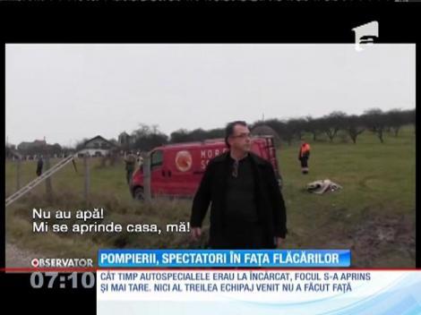 O casă s-a făcut scrum sub privirile pompierilor din Cluj, care au rămas fără apă