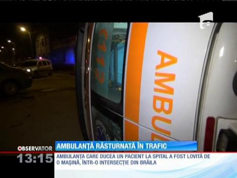 O ambulanţă a fost lovită de o altă maşină, într-o intersecţie din Brăila