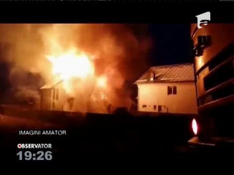 O vilă de lemn de la periferia Piteștiului a ars aproape complet