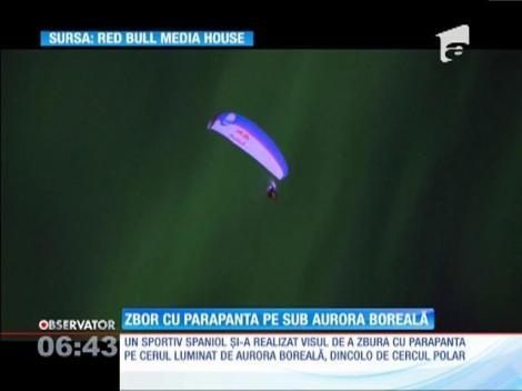 Un spaniol a zburat cu parapanta pe sub aurora boreală