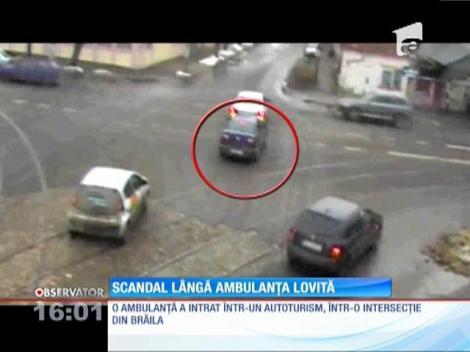 O ambulanţă a lovit, posibil intenționat, o mașină aflată într-o intersecție!