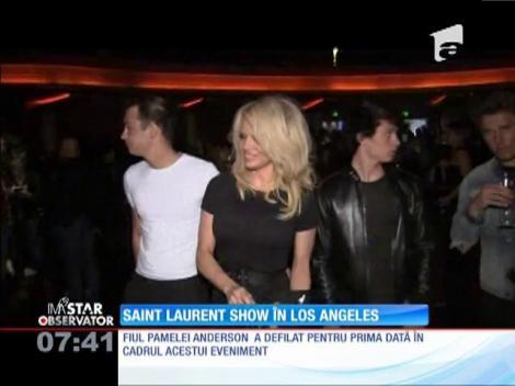 Show incendiar în Los Angeles! Moda rock a anilor '80 a fost motivul pentru care Pamela Anderson a venit însoțită de fiul ei!