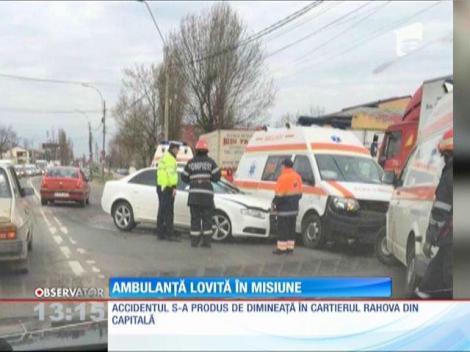 O ambulanţă a fost lovită de un autoturism, în cartierul Rahova din Capitală