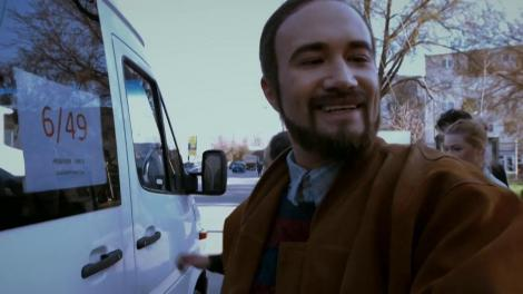 Andrei Versace merge la serviciu cu microbuzul