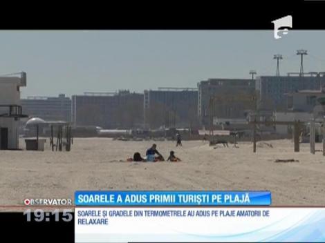 Soarele fierbinte a adus deja la mare primii turişti