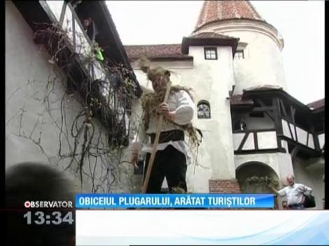 """""""Obiceiul Plugarului"""", prezentat turiştilor care au ajuns la Castelul Bran"""