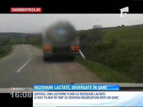 Şoferul unei cisterne surprins în timp ce deversa reziduuri lactate într-un şanţ de pe marginea drumului