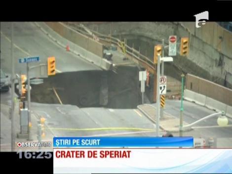 Crater uriaş în mijlocul străzii