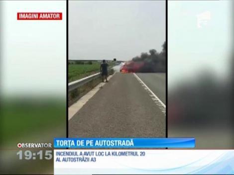 O maşină a ars ca o torţă pe autostrada Bucureşti - Ploieşti
