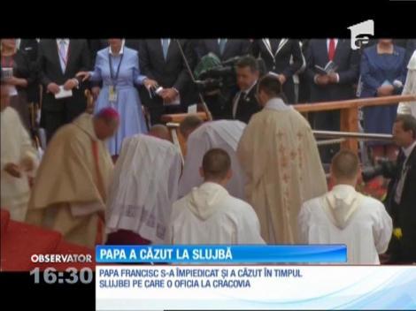 Papa Francisc a căzut în timp ce oficia o slujbă în Polonia