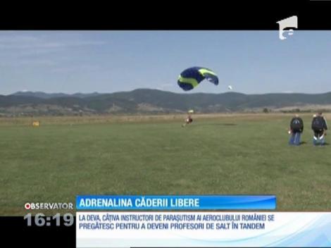 În Deva, câţiva instructori de paraşutism ai Aeroclubului României se pregătesc să devină profesori de salt în tandem