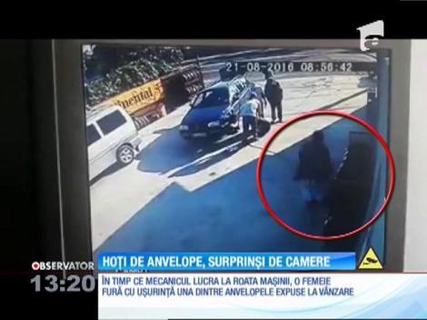 O cameră de supraveghere a surprins momentul în care pasagerii unei maşini furau anvelope noi