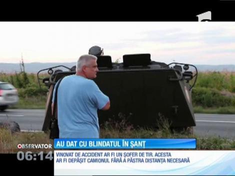 Misiune ratată pentru un blindat al Armatei Române. Proaspăt luat de la reparaţii, TAB ul şi a pierdut o roată şi a rămas în şanţ, pe marginea drumului