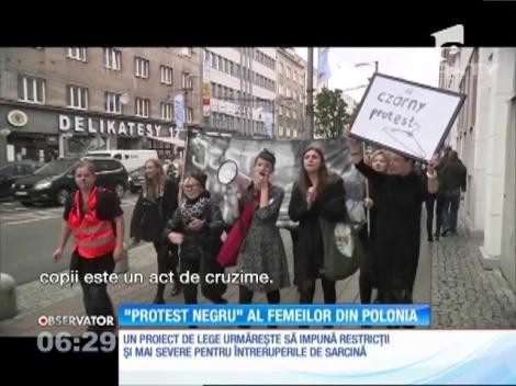 Femeile din Polonia au protestat îmbrăcate în negru faţă de un proiect de lege care ar interzice complet avortul