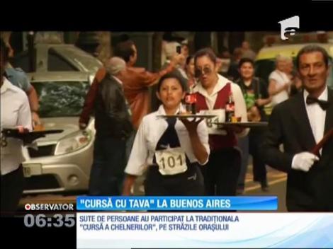 """Sute de argentinieni au luat parte la """"Cursa Chelnerilor"""", pe străzile din Buenos Aires"""
