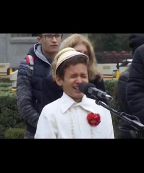 """Ai puterea să nu-ți dea lacrimile? Doamne, cum interpretează acest copilaș faimoasa poezie """"Nu plânge, Maică Românie!"""""""