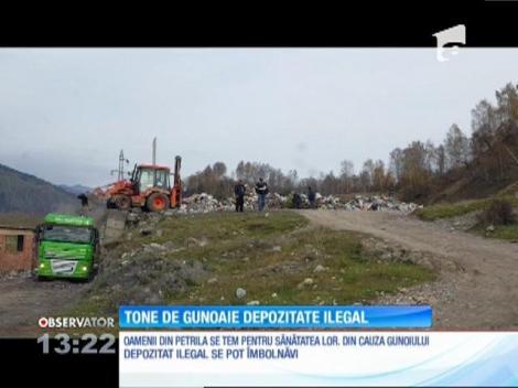 Pe un deal din Petrila sunt depozitate ilegal tone de gunoaie, chiar cu maşinile primăriei
