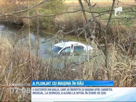 A plonjat cu maşina în râu, după ce ar fi încurcat frâna cu acceleraţia!