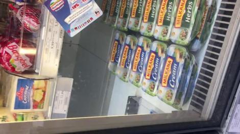 Un șorece curios, filmat în timp ce se plimba nestingherit pe rafturile unui supermarket din Capitală! În trecerea sa, nu a ocolit cutiile de brânză. VIDEO!