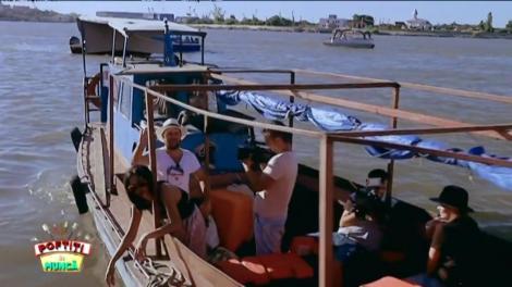 """Toate pânzele sus! Gina, Margherita şi Cosmin au pierdut prima probă, aşa că pleacă în larg cu un catamaran """"vintage"""". """"Barca asta zici că-i afumătoare. Eu unde mă întind să stau la soare?"""""""