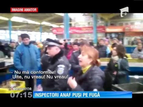 Inspectori ANAF, puşi pe fugă de comercianţi în piaţa centrală din Bacău