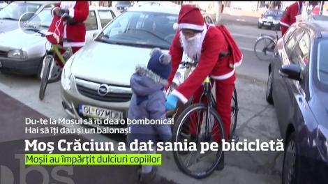 O sută de Moşi Crăciuni au întors privirile pe străzile din Galaţi