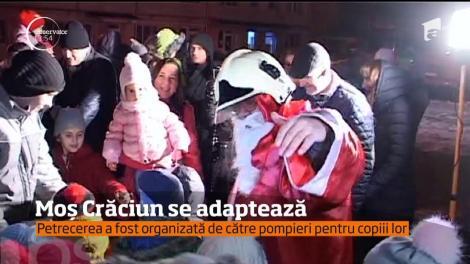 Moş Crăciun a apărut în curtea ISU Bistrița, într-o autospecială