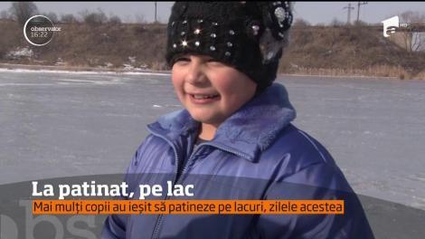 Mai mulți copii au ieșit să patineze pe lacurile înghețate de lângă Deva