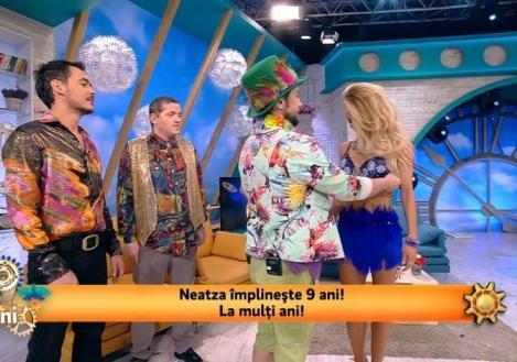 """""""Brasil, Brasil, dar aici e București, sunt - 10 grade!"""" Sutienul de carnaval al Flaviei a ajuns în mâinile lui Dani!"""