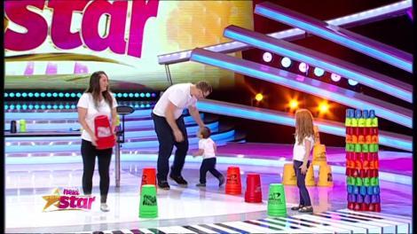 Alin și Ana, ajutați de părinți, fac activități cu pahare speed stacks, pe scena Next Star