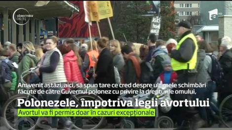 Mii de oameni au ieşit pe străzile din Polonia pentru a protesta împotriva legii avortului