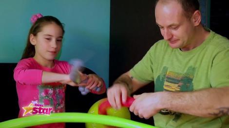 Kira, Ștefan și Karina, din București au învățat să realizeze forme din baloane de la tatăl lor