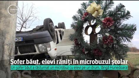 Băut bine la ora şapte dimineaţa, un şofer de microbuz din Hunedoara a pus în pericol viaţa a 17 elevi pe care îi ducea la şcoală. Într-o curbă, maşina s-a răsturnat în şanţ