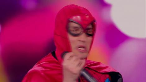 """În costum de Spiderman, Pepino de România a făcut tumbe! Cheloo: """"Un alt nebun care a pătruns printr-o spărtură într-un zid al platoului!"""""""