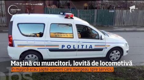 Şapte oameni au scăpat cu viaţă de dimineaţă după ce maşina în care se aflau a fost lovită în plin de o locomotivă