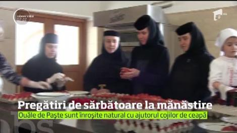 Pregătiri de sărbătoare la mănăstire. O mie de ouă au fost înroşite în Vinerea Mare!