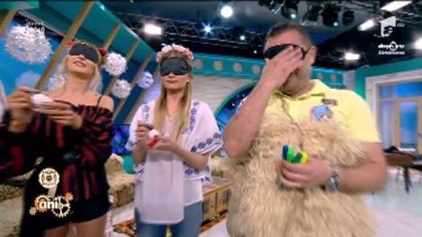 Provocare pe nevăzute pentru Dj Rynno și Sylvia! Artiștii sunt nevoiți să vopsească ouă legați la ochi. Vai, vai, e greu și nelegat la ochi!