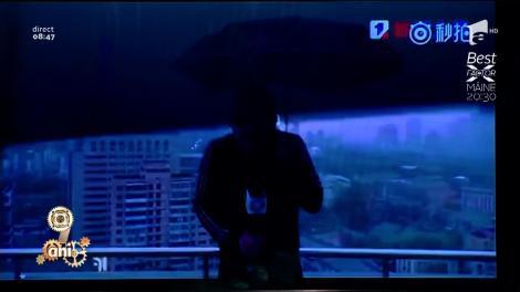 Smiley News: Un prezentator de meteo chinez a fost lovit, în direct, de un fulger