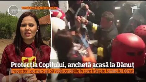 Inspectori de la Direcţia pentru Protecţia Copilului Teleorman au mers de dimineaţă acasă, în Balta Sărată, ca să vadă condiţiile în care trăieşte familia lui Dănuţ