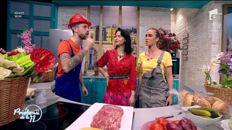 """Andreea Moldovan găteşte o """"Burger"""", un preparat delicios cu brânză, castraveți murați, roșii, salată, ceapă și carne tocată"""