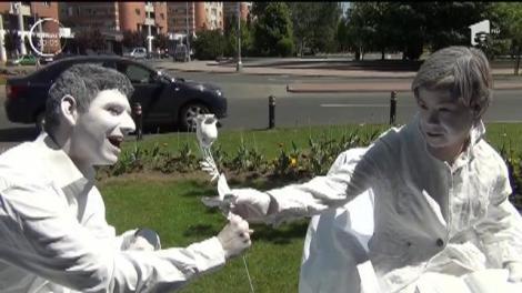Tineri și copii cu dizabilități, statui vii pe străzile din Baia Mare