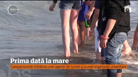 Au fost emoţii mari pentru zeci de copii ai unui centru din Ploieşti, care au simţit pentru prima dată nisipul sub picioare