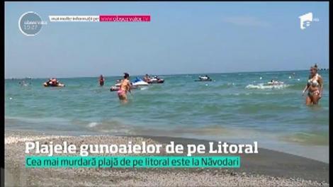 Pe litoral, mii de turişti îşi petrec vacanţa într-o imensă groapă de gunoi