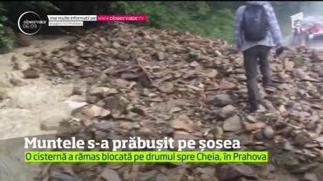 Ploile au adus dezastrul. Drumul care leagă Măneciu de Cheia, în judeţul Prahova, a fost complet blocat