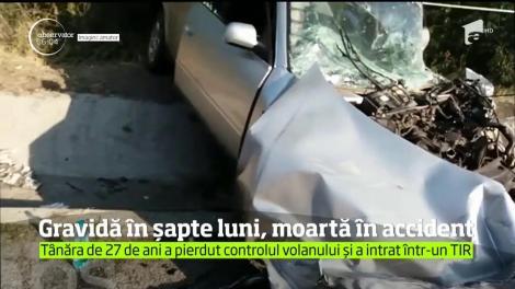 O tânără de 27 de ani, însărcinată în șapte luni, a pierdut controlul volanului și a intrat într-un TIR