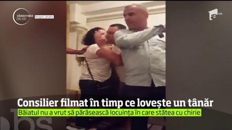 Revoltător! Consilier local, filmat în timp ce lovește un tânăr. De la ce a pornit disputa