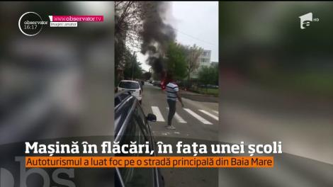 Mașină în flăcări, în fața unei școli