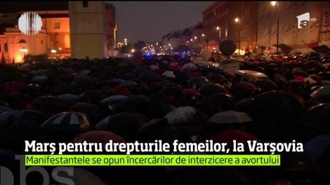 Câteva mii de persoane au manifestat la Varşovia, sub o ploaie persistentă, în apărarea drepturilor femeilor