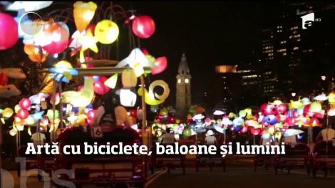 Artă cu biciclete, baloane și lumini