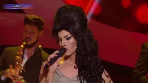 Primul travesti al serii! Onoarea i-a revenit lui Sebastian Muntean. Amy Winehouse i s-a potrivit mănușă. Asemănarea este izbitoare
